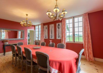 Lea-Interiors-Design-Bergerac-St-Emilion-mise-en-scene-salle-a-manger-rouge