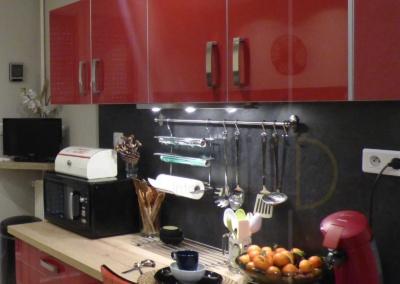 Lea-Interiors-Design-Bergerac_Decoration-Interieur-Style-Industriel-marin_Cuisine-rouge-laque-credence-ardoise-plan-travail-chene-clair