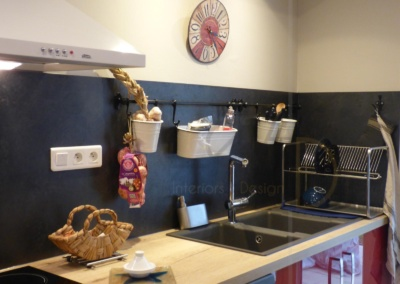 Lea-Interiors-Design-Bergerac_Decoration-Interieur-Style-Industriel-marin_Cuisine-rouge-laque-credence-ardoise-plan-travail-chene-clair-horloge