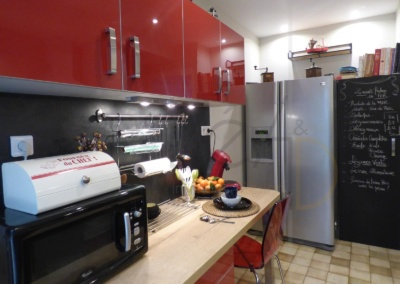 Lea-Interiors-Design-Bergerac_Decoration-Interieur-Style-Industriel-marin_Cuisine-rouge-laque-credence-ardoise-porte-peinture-ardoise-magnetique