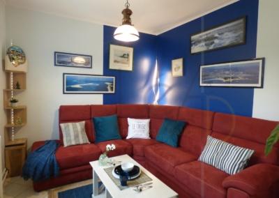Lea-Interiors-Design-Bergerac_Decoration-Interieur-Style-Industriel-marin_Salon-Canape-angle-bordeaux-murs-bleus-3