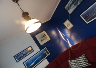 Lea-Interiors-Design-Bergerac_Decoration-Interieur-Style-Industriel-marin_Salon-Canape-angle-bordeaux-murs-bleus