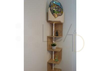 Lea-Interiors-Design-Bergerac_Decoration-Interieur-Style-Industriel-marin_Salon-Sculpture-Pierre-Vitrail-Derzou-etagere-angle-bois-clair-luminaire-LEDS